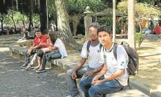 Gabriel Mikael (à direita) passou a frequentar bibliotecas públicas a fim de se preparar para o Enem Foto: Agência O Globo