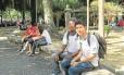 Gabriel Mikael (à direita) passou a frequentar bibliotecas públicas a fim de se preparar para o Enem