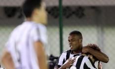 Vinícius Tanque recebe o abraço de Camilo na comemoração do gol Foto: Vitor Silva / SSPress/Botafogo