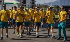 Atletas da Austrália caminham na Vila dos Atletas Foto: Daniel Marenco / Agência O Globo