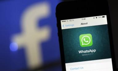 De acordo com Facebook, criptografia de ponta-a-ponta impede divulgação de mensagens do WhatsApp Foto: Chris Ratcliffe/Bloomberg