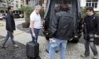 O contraventor Carlinhos Cachoeira é levado por policiais federais no Hotel Porto Bay onde estava cumprindo prisão domiciliar Foto: Pablo Jacob / O Globo