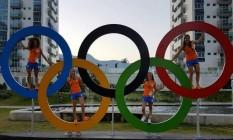 A equipe de hóquei holandesa brinca com os anéis olímpicos Foto: Reprodução/Instagram