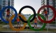 A equipe de hóquei holandesa brinca com os anéis olímpicos