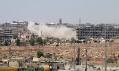 Leramun, perto de Aleppo, é bombardeada. HRW denunciou o uso de bombas de fragmentação por Rússia e Síria Foto: GEORGE OURFALIAN / AFP