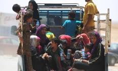 Mulheres e crianças fogem de al-Shirqat e Qayyarah, no Iraque Foto: AHMAD AL-RUBAYE / AFP