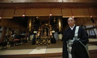 O japonês Kazuki Yazawa com tradicional vestimenta budista Foto: AP