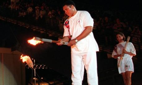 Atlanta. Muhammad Ali, ex-campeão mundial e olímpico, acende a pira dos Jogos de 1996 durante a cerimônia de abertura no Estádio Olímpico Centenário Foto: MICHAEL PROBST 19/07/1996 / AP