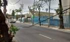 Cabos de energia dependurados no acesso ao Sambódromo pela Rua Benedito Hipólito: risco Foto: Luiz Filipe Barboza / Agência O Globo