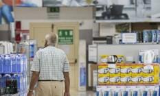 Clientes no Carrefour de Limassol, no Chipre Foto: Andrew Caballero-Reynolds / Bloomberg