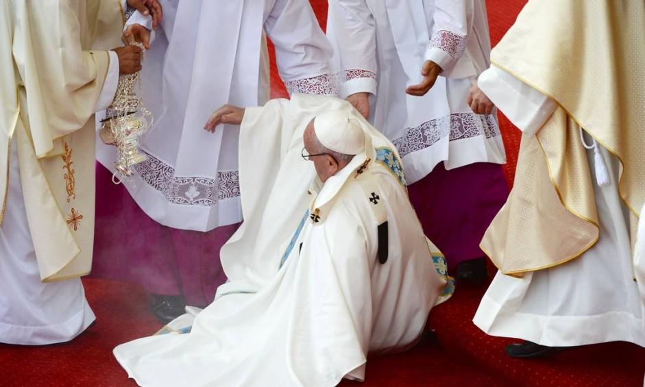 Papa sofreu uma queda durante a missa diante do santuário de Jasna Gora Foto: FILIPPO MONTEFORTE / AFP