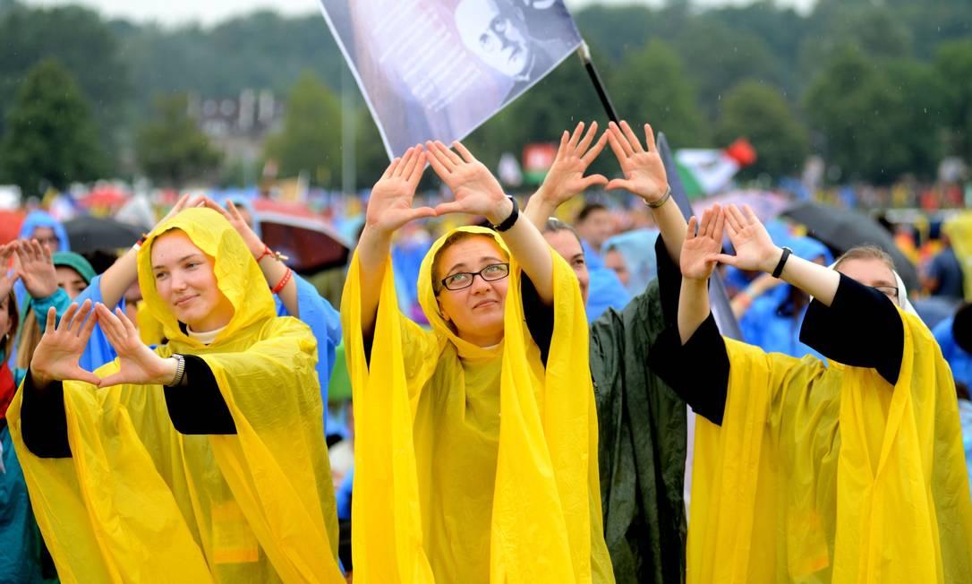 Freiras aguardam a chegada do Pontífice no parque Blonia para encontro com jovens BARTOSZ SIEDLIK / AFP
