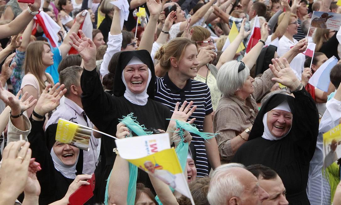 Fiéis saudam o Papa diante do santuário Czarek Sokolowski / AP