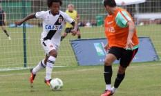 Paulo Vitor tenta passar por marcador português Foto: Carlos Gregórico / Vasco.com.br