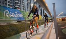 Atletas da delegação da Inglaterra circulam de bicicleta pela Vila. Nesta quinta-feira, as obras de reparos foram concluídas em todos os 31 prédios. Foto Guito Moreto / Agência O Globo Foto: Guito Moreto / Agência O Globo