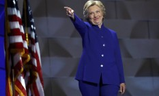 Hillary Clinton aponta para Barack Obama no palco da Convenção Democrata Foto: JIM YOUNG / REUTERS