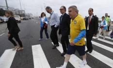 O presidente do COI Thomas Bach passeou na praia da Barra da Tijuca Foto: Alexandre Cassiano / Agência O Globo