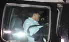 Cavendish é levado para a prisão por agentes da PF, após prisão domiciliar ser revogada Foto: Marcelo Carnaval / Agência O Globo