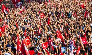 Turcos protestam na praça Taksim, em Istambul Foto: GURCAN OZTURK / AFP