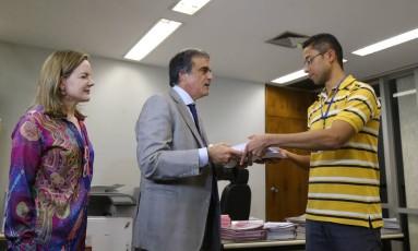 O Advogado de defesa José Eduardo Cardozo acompanhado da Senadora Gleisi Hoffmann (PT-PR) entrega defesa de Dilma no Senado Foto: Ailton de Freitas / Agência O Globo