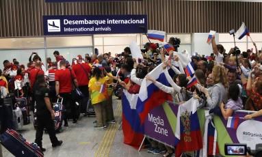 Atletas russos desembarcam com festa no aeroporto do Rio Foto: Antonio Scorza / Agência O Globo