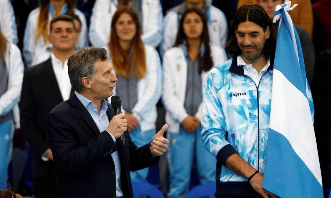 Porta-bandeira da Argentina, o jogador de basquete Luis Scola se encontrou com o presidente Mauricio Macri antes de vir ao Rio Marcos Brindicci / Reuters/11-7-2016