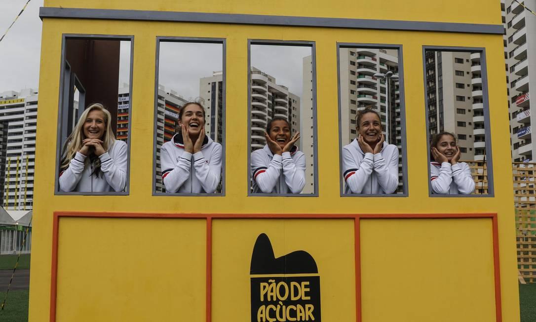 Equipe francesa de ginástica posa para fotos numa réplica do antigo bondinho do Pão de Açúcar, na Vila Olímpica Alexandre Cassiano / Agência O Globo