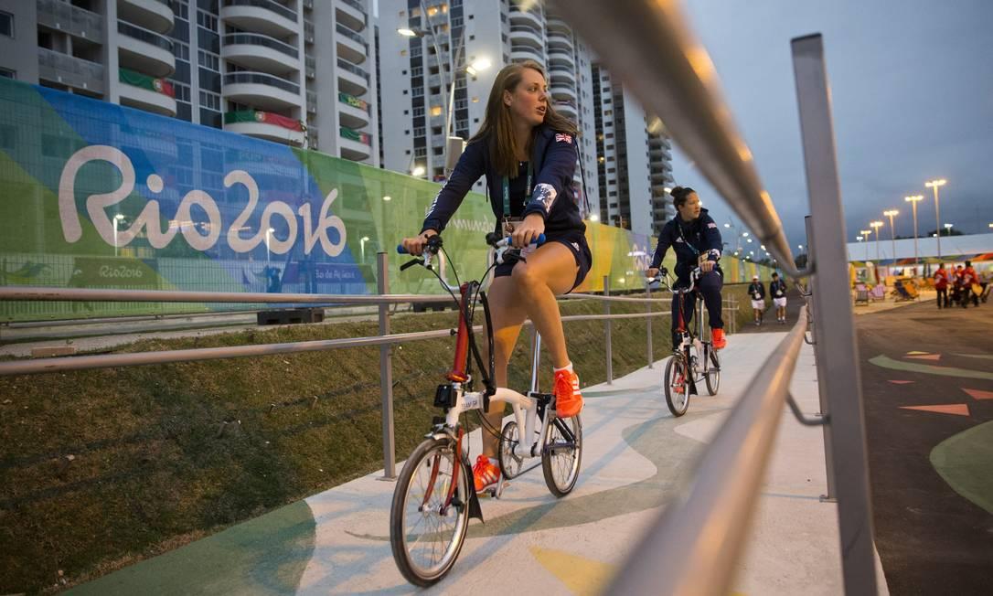 Atletas da Inglaterra pedalam na Vila Olímpica Guito Moreto / Agência O Globo