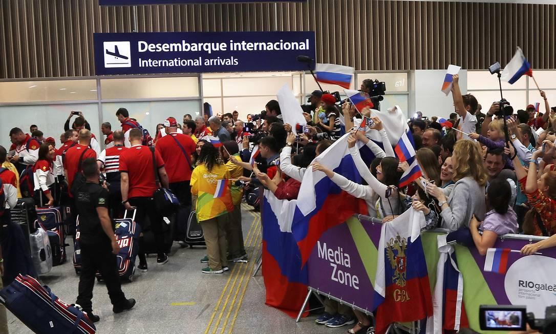 Festa também para a equipe olímpica da Rússia, na chegada ao Aeroporto Tom Jobim ANTONIO SCORZA / Agência O Globo