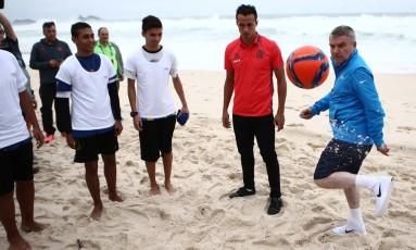 Thomas Bach joga altinha com atletas olímpicos e alunos de escolinhas de futebol na praia da Barra Foto: Wilton Junior / Agência Estado