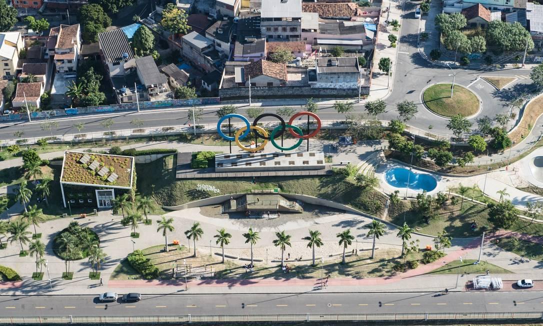 Anéis olímpicos decorando o Parque de Madureira, que terá uma programação cultural durante os Jogos YASUYOSHI CHIBA / AFP