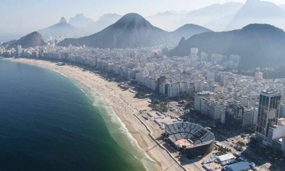 Vista aérea da arena de vôlei de praia e da praia de Copacabana Foto: YASUYOSHI CHIBA / AFP