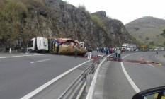 Tombamento de caminhão com tinta na BR-040 provoca três quilômetros de congestionamento no sentido Juiz de Fora Foto: Divulgação/Polícia Rodoviária Federal