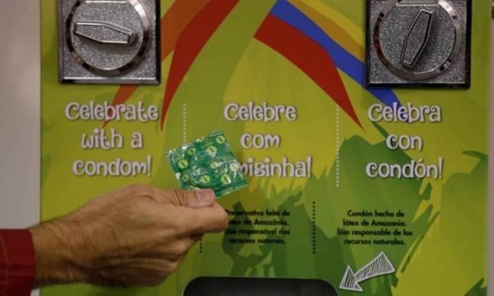 Máquina de preservativos da Vila Olímpica: 'Celebre com camisinha' Foto: Reuters
