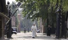 """O Papa anda através de um portão com as palavras """"Arbeit macht frei"""" (Trabalho liberta) no antigo campo de concentração na Polônia Foto: KACPER PEMPEL / REUTERS"""