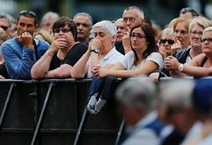 Centenas de pessoas participam em Saint-Etienne-du-Rouvray de uma cerimônia em homenagem ao padre francês Jacques Hamel, que foi morto há três dias durante uma tomada de reféns em uma igreja reivindicada pelo grupo Estado Islâmico Foto: CHARLY TRIBALLEAU / AFP