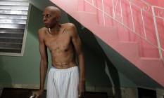 Guillermo Fariñas mostra seu corpo a repórteres em sua casa em Santa Clara, no Centro de Cuba, em março de 2010, enquanto estava em greve de fome Foto: Desmond Boylan / REUTERS