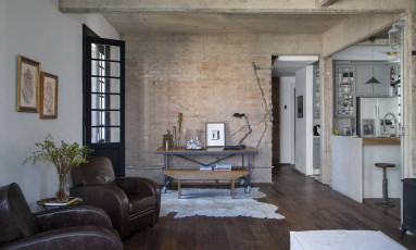 Integração entre os ambientes e marcas do passado na parede de tijolinhos Foto: Divulgação / MCA Studio