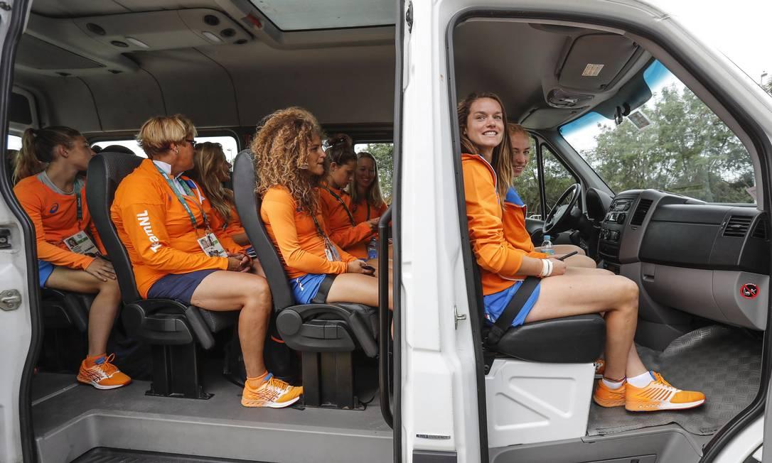 As meninas pegaram uma van para visitar o Cristo Redentor Alexandre Cassiano / Agência O Globo