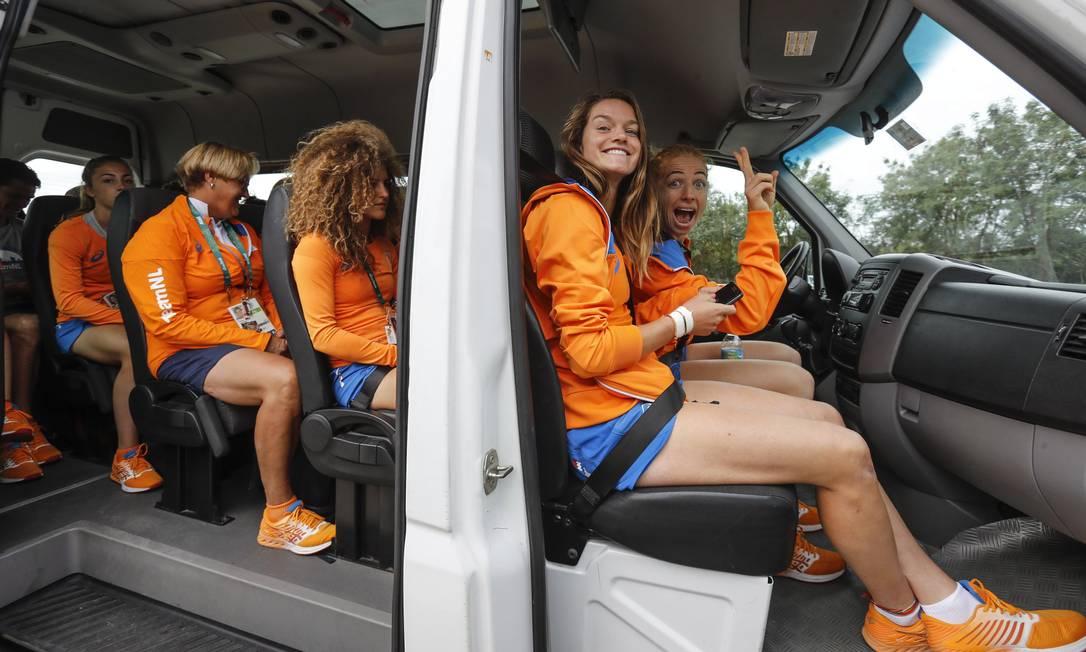 As atletas do hóquei sobre a grama embarcam na van para irem visitar o Cristo Alexandre Cassiano / Agência O Globo