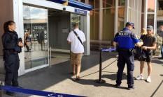 Policiais suíços realizam controle de passageiros na entrada do aeroporto de Cointrin, em Genebra Foto: STAFF / REUTERS