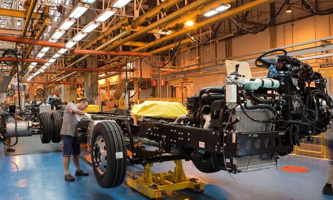 Caminhão na linha de montagem da fábrica da Mercedes no ABC paulista Foto: