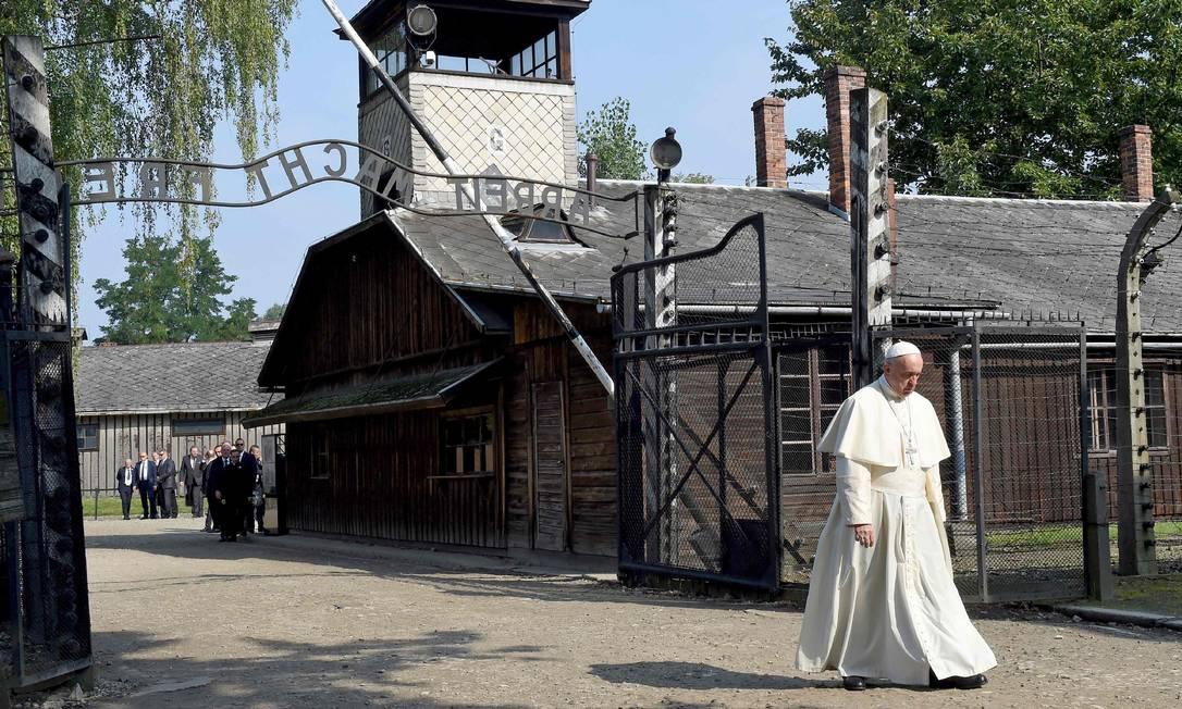 Papa Francisco caminha após visitar o antigo campo de extermínio nazista de Auschwitz, em Oswiecim JANEK SKARZYNSKI / AFP