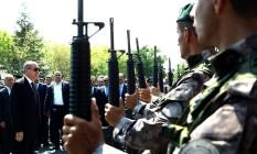 Presidente turco, Recep Tayyip Erdogan (à esq.) revisa as forças especiais da polícia na sede policial em Ancara Foto: POOL / AP