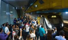 Colaboradores esperam o trem da Linha 4 do Metrô Foto: Divulgação/Kaptimagem