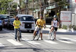 Da esquerda para a direita, Simone Villas -Boas e Rafael Rigaud, ambos do Mobilidade Urbana Freguesia; e Carolina Queiroz, do Ciclo Rota Jacarepaguá Foto: Zeca Gonçalves / Agência O Globo