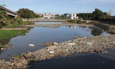 Trecho do rio Arroio Fundo chama a atenção pelo mau cheiro e quantidade de lixo na superfície; não há previsão de intervenção no local Foto: Zeca Gonçalves / Agência O Globo