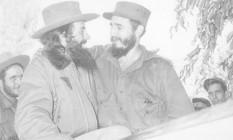 Ícones. Fidel Castro abraça Camilo Cienfuegos, um dos mais importantes comandantes do exército revolucionário Foto: Reprodução
