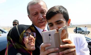 Erodgan posa para selfie com turcos em Ancara Foto: POOL / AP