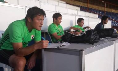 Comissão técnica da seleção olímpica japonesa observa atentamente os movimentos dos jogadores brasileiros no Serra Dourada Foto: Carlos Eduardo Mansur / Agência O Globo